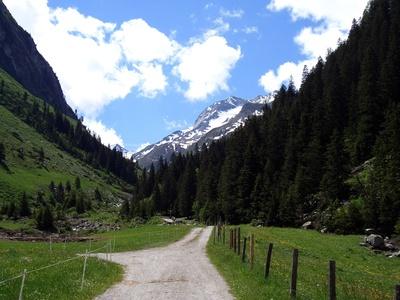 Durchs Tal ins Gebirge