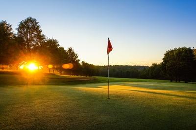 Golfplatz mit Morgensonne
