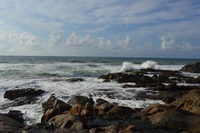 Strand mit Felsen in Brasilien