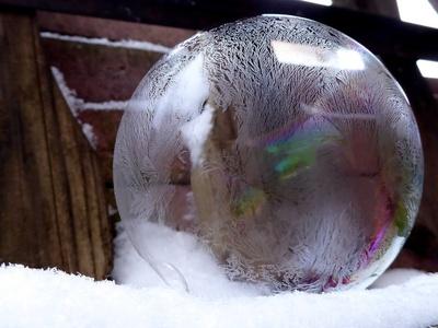 Seifenblase mit Eiskristallen