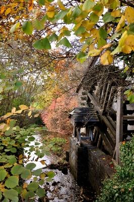 Wassermühle im Herbst