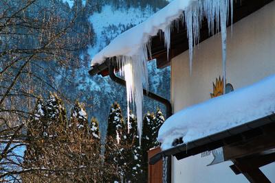 Eiszapfen am Haus
