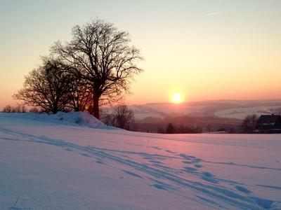 winterlicher sonnenuntergang bei zwickau