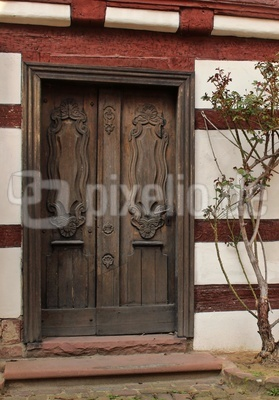 geschnitzte alte Holztüre