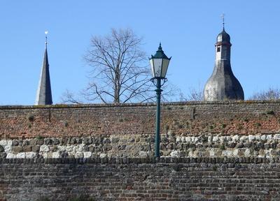 An der Stadtmauer aufgereiht