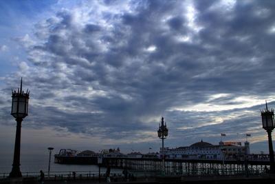 Wilde Wolken über dem Pier
