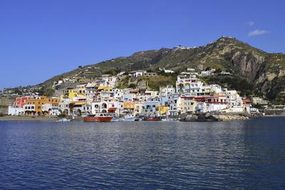 Sant' Angelo d' Ischia mit Hafen und Booten