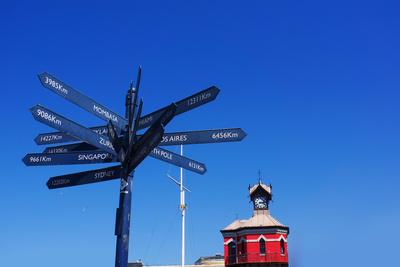 Wegweiser mit Uhrturm (Kapstadt)