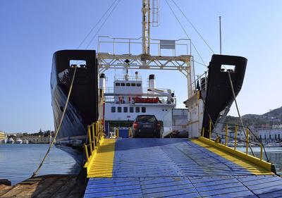 Fähre beim Verladen im Hafen von Ischia