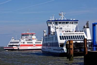 Zwei Fährschiffe beim Anlegemanöver