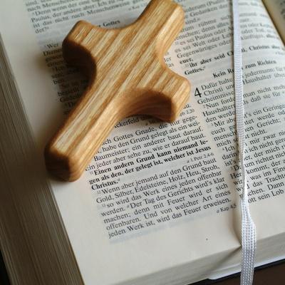 Bibel mit Fingerkreuz