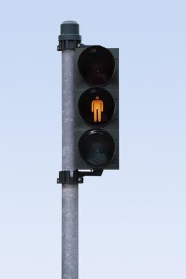 Fußgängerampelampel auf gelb