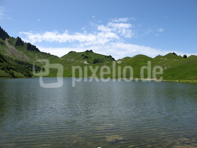 Ruhiges Wasser  -  grüne Hügel
