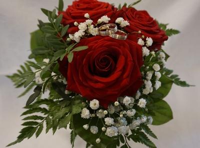 Eheringe - auf Rosen gebettet