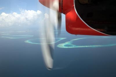 Im Wasserflugzeug über den Malediven