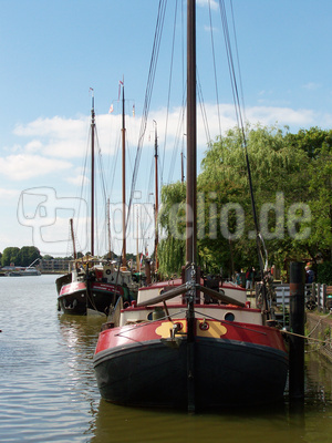 Plattbodenschiffe im Hafen von Leer/Ostfriesland