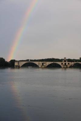 Regenbogen über der Pont dAvignon