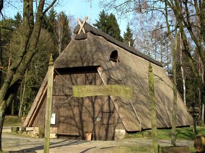 Schafstall mit Reetdach beim Heidepark