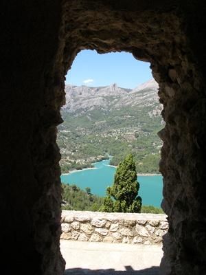 Blick durch das Burgfenster auf den See