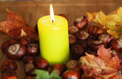 Kerzenlicht im Herbst