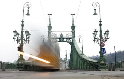 Freiheitsbrücke mit Straßenbahn