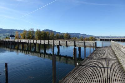 Fussgänger-Holzsteg über den Zürichsee