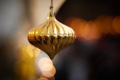 Goldene Weihnachtskugel mit Bokeh