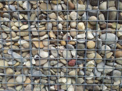 Steine hinter Gitter