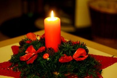 Adventsgesteck mit roter Kerze