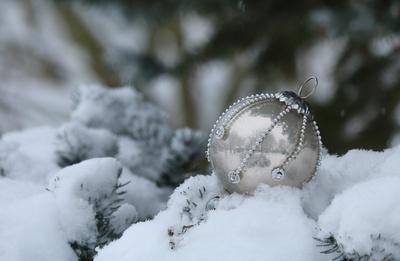 Omas alte Weihnachtskugel im Schnee...3...