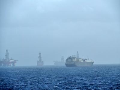 Versorgungsschiff im Morgennebel