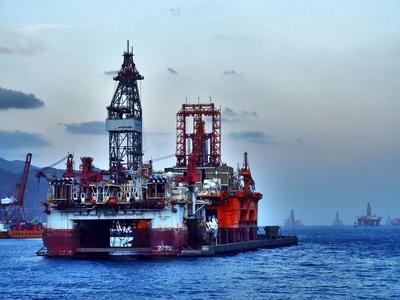 Ölbohrtürme im Atlantik