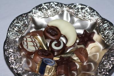 Leckere Pralinen in der Silberschale