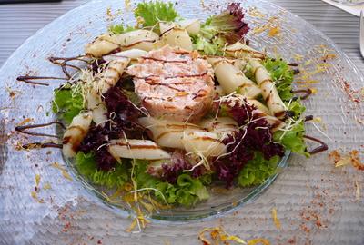 Tartar vom Rauchlachs mit Spargelsalat