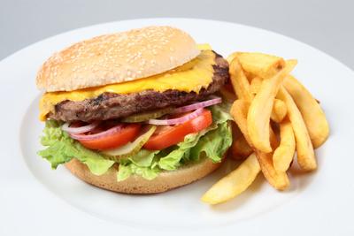 Cheeseburger mit Pommes