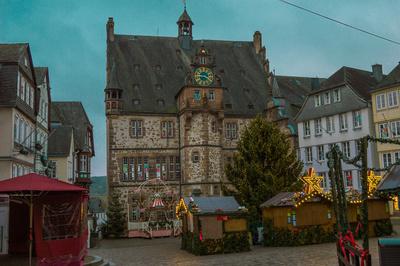 Historisches Rathaus Marburg mit Weihnachtsmarkt