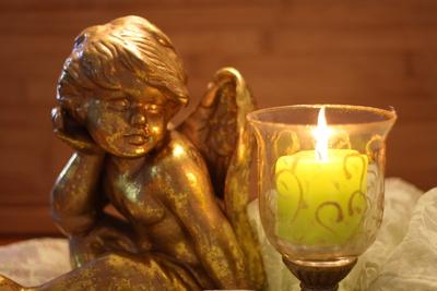 Goldener Engel mit Kerze