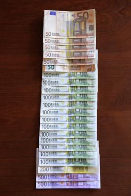 Geldscheine aufgereiht