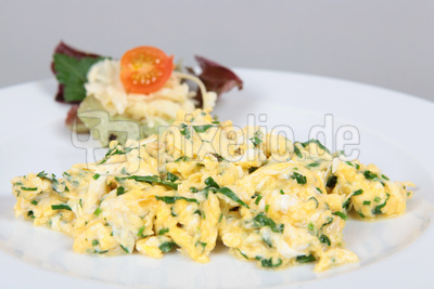 Rühreier mit Salat