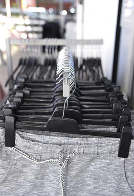 Shopping, Kleiderbügel auf Kleiderständer