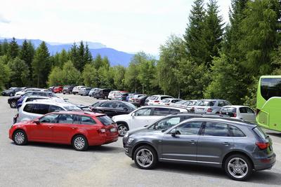 Parkplatz, geparkte Autos