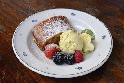 Apfelstrudel mit Vanilleeis und frischen Früchten