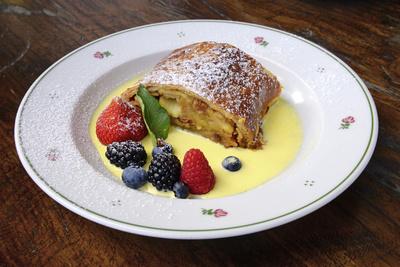 Apfelstrudel mit Vanillesoße und frischen Früchten