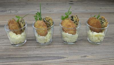 Panierte Zucchini auf Kartoffelsalat im Glas