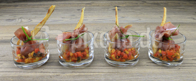 Büffelmozzarella im Rohschinkenmantel auf Ratatouille