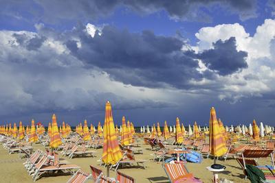 Gewitterstimmung am Strand von Rimini.
