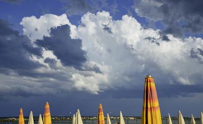 Gewitterwolken am Strand von Rimini