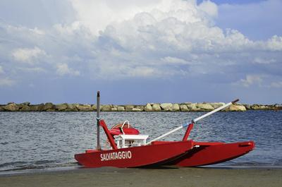 Rettungsboot. Strandstimmung, am Strand von Rimini.