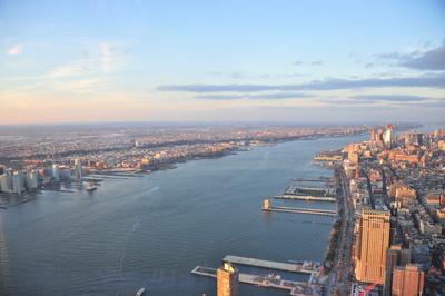 Hudson River in New York mit Skyline (One World Observatory)