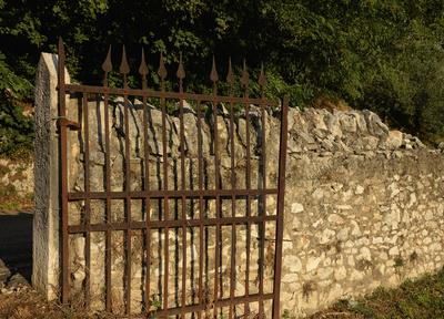 Gardasee, Italien, Alte Mauer mit verrostetem Gitter